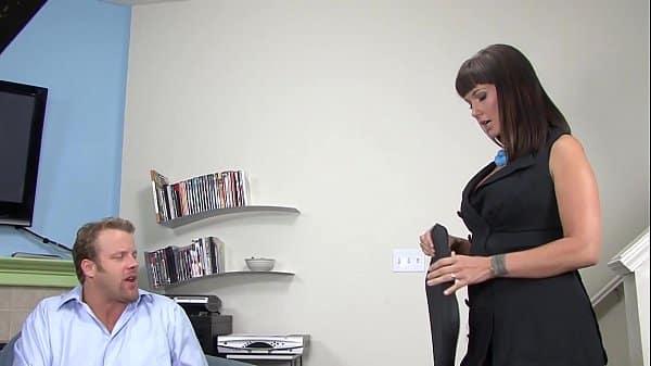 Lisa Ann es nuevamente cogida por un tipo afortunado en esta escena completa